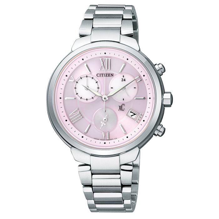 【CITIZEN】xC 花語嫩色 鈦輕巧光動能三眼計時腕錶-粉(FB1330-55W)